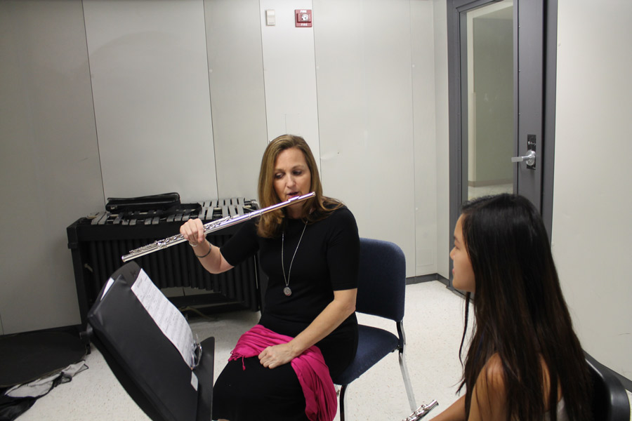 Artist+in+residence%2C+Karen+Dixon%2C+helps+students+who+play+the+flute+during+their+band+class.+The+MSOA+Foundation+paid+for+Dixon+to+tutor+these+students.
